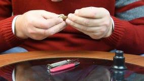 Mężczyzna sprawdza jego zegarek 02 zbiory