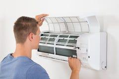 Mężczyzna Sprawdza Lotniczego Conditioner Zdjęcia Royalty Free