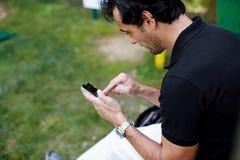 Mężczyzna sprawdza poczta relaksującą grę golf Obrazy Stock