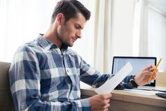 Mężczyzna sprawdza rachunki w domu Obraz Stock