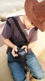 Mężczyzna sprawdza z powrotem kamerę obrazy royalty free