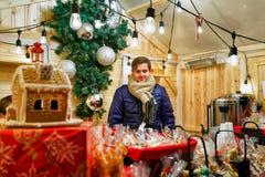 Mężczyzna sprzedaje gorących napoje i miodowniki przy bożymi narodzeniami Wprowadzać na rynek Obraz Royalty Free