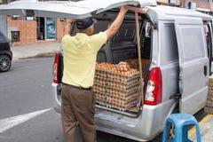 Mężczyzna sprzedaje jajka od jego samochodu Quito Ekwador 01/13/2019 zdjęcia stock
