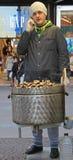 Mężczyzna sprzedaje kasztany na ulicie w Mediolan Obrazy Royalty Free