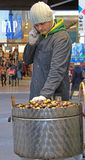 Mężczyzna sprzedaje kasztany na ulicie w Mediolan Zdjęcia Royalty Free