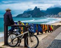 Mężczyzna sprzedaje kolorowe maty na plaży w Rio De Janeiro, Brazylia obraz stock