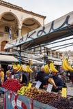 Mężczyzna sprzedaje owoc używać kram przy Monastiraki kwadratem w Ateny zdjęcia royalty free