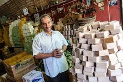 Mężczyzna sprzedaje ręcznie robiony mydło obrazy stock