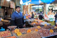 Mężczyzna sprzedawania pikantność w w centrum rynku Amman w Jordania Obrazy Royalty Free