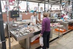 Mężczyzna sprzedawania ryba na rynku Obrazy Royalty Free