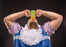 Mężczyzna ssa dziecko butelkę Fotografia Royalty Free