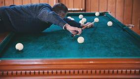 Mężczyzna stacza się piłkę w dziurę zbiory wideo