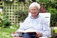 Mężczyzna starszy czytanie Fotografia Royalty Free