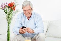 mężczyzna starszy smartphone używać obraz royalty free