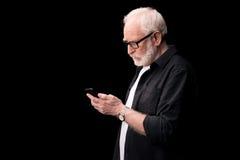 mężczyzna starszy smartphone używać zdjęcia royalty free