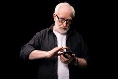 mężczyzna starszy smartphone używać obrazy stock