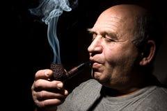 mężczyzna stary fajczany dymienia tytoń Zdjęcie Stock