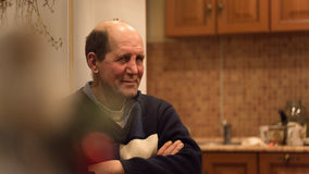 Mężczyzna starzejący się siedzi słuchanie śmieszna opowieść Obraz Royalty Free