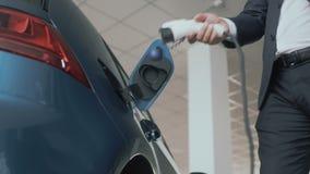 Mężczyzna stawia ładować w władzy nasadkę nowożytny elektryczny samochód zdjęcie wideo