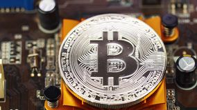 Mężczyzna stawia Bitcoin w komputerowym planie narzędzia zbiory