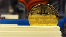 Mężczyzna stawia Bitcoin w komputerowym planie narzędzia zdjęcie wideo