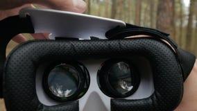 Mężczyzna stawia dalej rzeczywistość wirtualna szkła zbiory