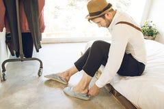 Mężczyzna stawia jego buty dalej w domu zdjęcie stock