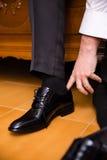 Mężczyzna stawia jego czerń buty Obraz Stock