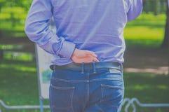 Mężczyzna stawia jego oddawał pasowych cajgi od plecy obraz stock