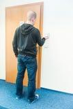 Mężczyzna stawia kartę w czytelnik kontrola dostępu obraz royalty free