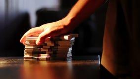 Mężczyzna stawia paczki pieniądze na stole zdjęcie wideo