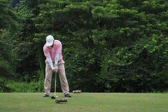 Mężczyzna stawia piłkę golfową obraz royalty free