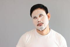Mężczyzna stawiająca dalej traktowanie maska Fotografia Royalty Free