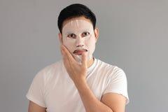 Mężczyzna stawiająca dalej traktowanie maska Obrazy Stock