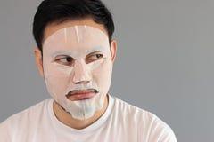 Mężczyzna stawiająca dalej traktowanie maska Zdjęcia Royalty Free