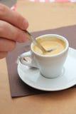 Mężczyzna stiring kawę espresso Fotografia Stock