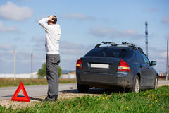 Mężczyzna stoi blisko łamanego samochodu Obraz Royalty Free