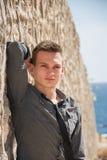 Mężczyzna stoi blisko ściany na sposobie morze Obrazy Royalty Free