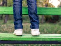 Mężczyzna stoi na zielonej ławce Obraz Stock