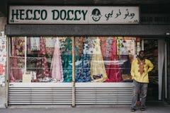 Mężczyzna stoi outside cześć Dolly tkaninę i pasamonictwo robimy zakupy wewnątrz obrazy royalty free