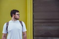 Mężczyzna stojak i patrzeć opróżniać przestrzeń Obrazy Stock