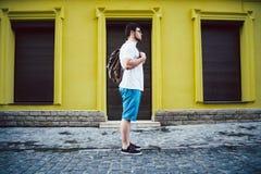 Mężczyzna stojak na cit ulicie Fotografia Stock