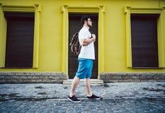 Mężczyzna stojak na cit ulicie Zdjęcia Stock