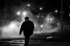 Mężczyzna stojak na opar ulicie Wieczór nighttime fotografia stock