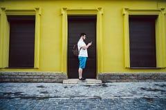 Mężczyzna stojak na outside i gawędzeniu Fotografia Royalty Free