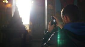 Mężczyzna stojaki w świątyni i biorą obrazki na telefonie, łapie skutek obiektyw swobodny ruch 1920x1080 zbiory wideo