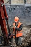 Mężczyzna stojaki w jamie z łopatą fotografia royalty free