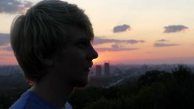 Mężczyzna stojaki w profilu Słońce błyska od jego usta w mo zdjęcie wideo
