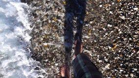 Mężczyzna stopa blisko Plażowego piaska zbiory