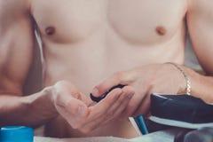 Mężczyzna stosuje golenie pianę na jego ręce Zdjęcie Royalty Free